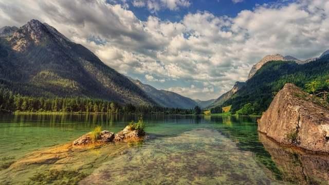 湖と山の風景