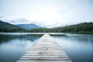 湖と橋の画像
