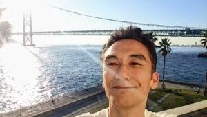 明石海峡大橋をバックに私
